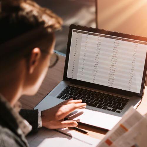 Mitarbeiter sitzt vor einem Laptop