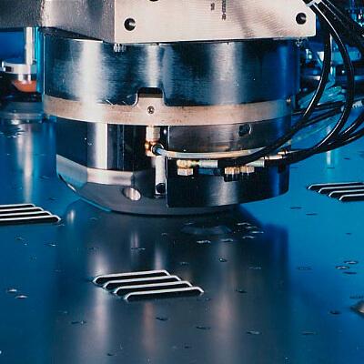 Abbildung CNC-Stanzkopf auf Blech