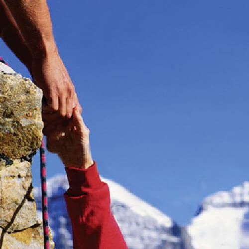 Person reicht die Hand